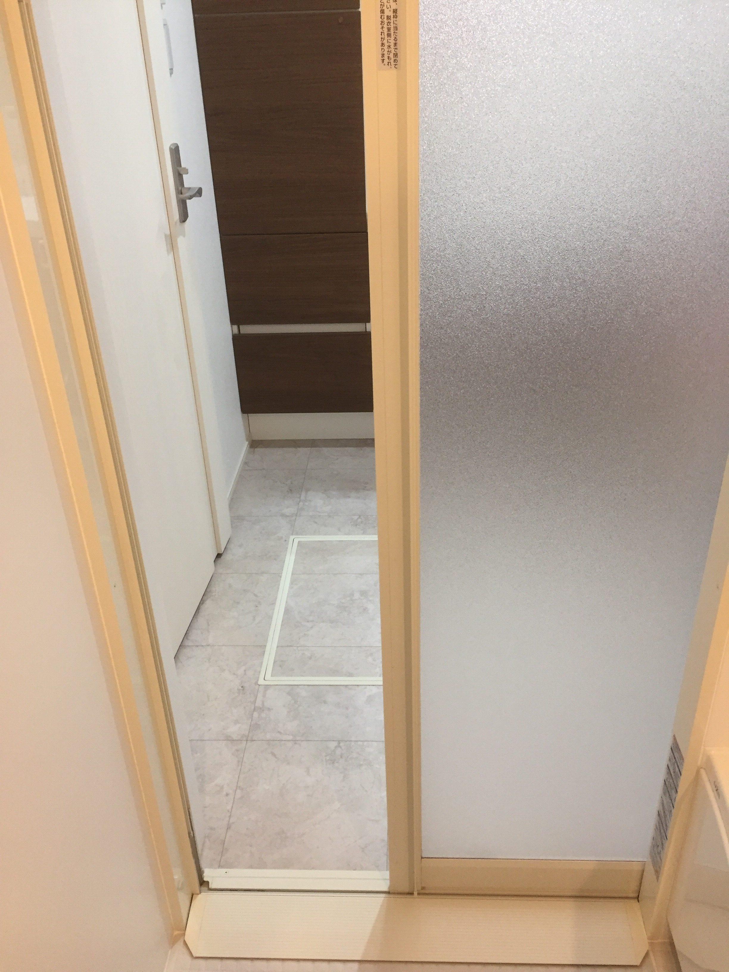 浴室の入り口は引き戸!開き戸では後悔するぞ