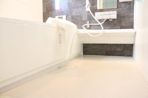 激落ちくんを使用して浴室の「赤カビ」を4週間生えさせない方法!